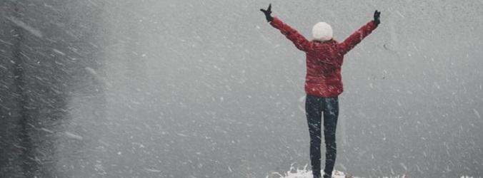 kvinna med bra självförtroende i snöstorm